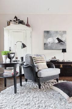 Kaappi ja Louis Vuittonin matka-arkku ovat kirpputorilöytöjä Ruotsista. Howard-nojatuoli on kulkenut perheen mukana monessa muutossa. Varistaulu on Johanna Suonpään.
