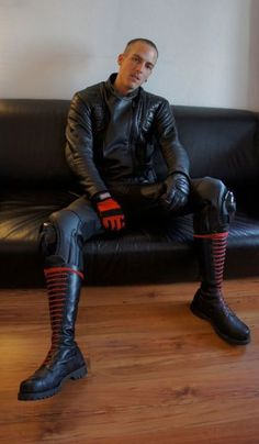 black leather and skinhead boots…. Mode Skinhead, Skinhead Boots, Motorcycle Suit, Motorcycle Leather, Leather Skin, Leather Pants, Leather Jackets, Black Leather, Mens Tall Boots