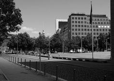 Berlin:  Die 2003 vollendeten Dorotheenhöfe (rechts) bestehen aus fünf Einzelgebäuden, die überwiegend als Bürohäuser genutzt werden. Die Häuser sind typische Beispiele für die konservative Architektur der Nachwendezeit.
