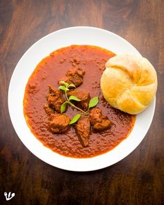 A Kaiser roll with a plate of goulash (gulyás) Wiener Saftgulasch Vienna's gravy paprika beef stew Sweet Bell Peppers, Stuffed Sweet Peppers, Beef Ragout, Hungarian Paprika, Hungarian Recipes, Goulash, Vienna, Gravy, Stew