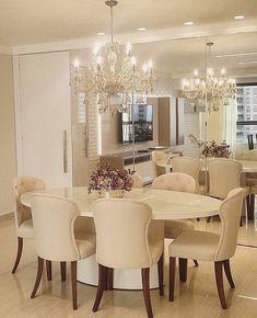 Inspiração para sala de jantar compactaCores claras e neutras na mobília  espelho revestindo a parede para dar amplitude ao ambientes. Amei  @_decor4home Projeto by Livia Assis