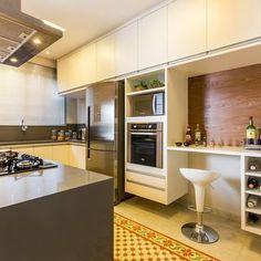 Cozinha Kitchen Decor, Kitchen Design, White Kitchen Cabinets, Table, Furniture, Home Decor, Kitchens, Instagram, Kitchen Small