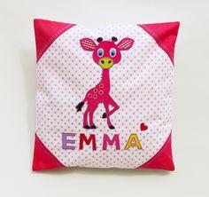 ♥ Ein Knuddelkissen mit Giraffen-Motiv. Liebevoll genäht und verziert.  *Ich verwende nur hochwertige, allergiefreie Stoffe und Materialien.*  Das Kissen ist 40x40 cm gross und hat eine...