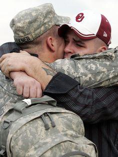 Abrazos con mucha carga emocional.- El sargento Shane Faulkner y su hermano gemelo, Shaw, se abrazan en una ceremonia de bienvenida en Fort Hood, Texas. (2007)