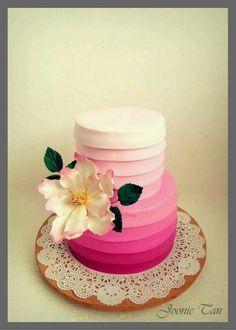 No puede faltar el color Fucsia, pastel decorado en degrade con preciosa flor que realza la belleza de la torta. Menos definitivamente es más.