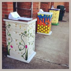 honey and horseshoes: Decorated hives! Bee Hives Boxes, Bee Hive Plans, Bee Supplies, Raising Bees, Honey Packaging, Buzz Bee, Bee House, Bee Creative, Bee Farm