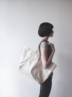 Makr tote bag, canvas and leather Canvas Designs, Girl Short Hair, Hairstyles With Bangs, Look Fashion, Her Hair, Beauty Women, How To Look Better, Personal Style, Short Hair Styles