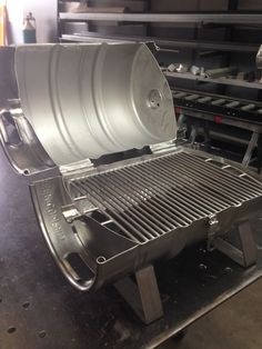 The finished stainless steel keg grille Diy Grill, Clean Grill, Barbecue Grill, Parrilla Exterior, Barrel Bbq, Charcoal Smoker, Charcoal Bbq, Beer Keg, Stainless Steel Grill