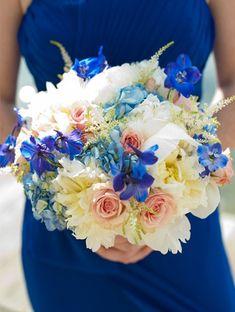 Bouquet-de-mariee-bleu-roi-delphinium-rose-corail-hortensias-mariage-theme-plage-mer-exotique