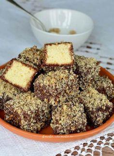 Prăjitura tăvălită în două variante (Lamington) Romanian Desserts, Romanian Food, Dessert Drinks, Dessert Bars, Oatmeal Lace Cookies, Sweet Recipes, Cake Recipes, Sweet Cooking, Pastry Cake