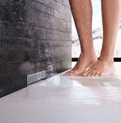 Geberit ofrece dos estéticas opciones para duchas a ras de suelo que se caracterizan por su cuidado diseño y su fácil instalación: el sifón de pared Wall Drain y el canal CleanLine