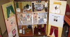 Casita de muñecas de madera con todo lujo de detalles