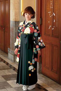 古典柄袴 黒色 古典系袴 Style 卒業式の袴Styleは女の子の特別な1日!友達と差をつける!! Yukata Kimono, Kimono Dress, Japanese Costume, Japanese Kimono, Traditional Fashion, Traditional Outfits, Kimono Fashion, Lolita Fashion, Geisha