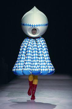 Hideki Seo is afgestudeerd aan de modeafdeling van de Koninklijke Academie voor de Schone Kunsten te Antwerpen. Tegenwoordig werkt hij als assistent-ontwerper voor Azzedine Alaïa.  Dit monster komt uit zijn afstudeercollectie 'Swimming in the Garment' (2005). In zijn creaties mengt Seo cartooneske vormen met  traditionele element van kleding uit andere culturen, zoals de Inuit cultuur.