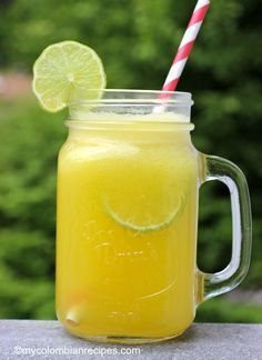 Limonada de Piña (Pineapple Limeade) Ingredientes 1 piña, pelada, cortada en trozos de tamaño medio 6 tazas de agua 1/2 taza de azúcar o al gusto 1/4 taza de jugo de limón
