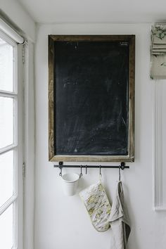 Do you wish to renovate the kitchen, but without changing all things in it? By just enhancing your kitchen, it is possible to give the complete room a facelift. Chalkboard Wall Kitchen, Chalkboard Wall Bedroom, Small Chalkboard, Blackboard Wall, Framed Chalkboard, Barn Kitchen, Kitchen Decor, Kitchen Design, Blackboards