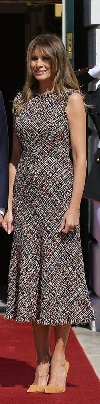 First Lady Melanie Trump in Alexander McQueen - Modern Classy Outfits, Cool Outfits, Milania Trump Style, Sexy Dresses, Fashion Dresses, First Lady Melania Trump, Tweed Dress, Celebrity Look, Winter Dresses