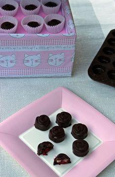 bonbon marcipán meggy étcsokoládé csoki pasztilla édességek Tray, Homemade, Recipes, Food, Candy, Home Made, Essen, Trays, Eten