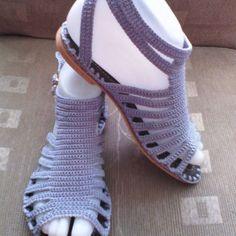 Sandalia gris de tiritas.. #artesanal#hechoamano#tejida#tallas#colores#hechoencombia#bajitas#comodas.