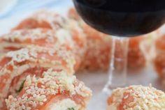 Laxrullar med pepparrotsost och avokado