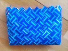 - ReCyklisten: Cirkel kaffe-pige. Blåt og turkis ternet mønster  flettet af blå cirkelkaffe // flotte farver // genbrug kuverttaske taske tilbehør mode til salg sælges // candywrapperpurse Blue and turquoise checkered pattern braided from coffee bags // beautiful colours // recycle clutch fashion accessories