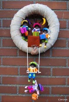 Felt and jute wreath with Zwarte Pietjes – Sinterklaas – … – Burlap Wreaths – Burlap Diy Projects To Try, Crochet Projects, Diy And Crafts, Arts And Crafts, Halloween Doll, Jute, Felt Patterns, Diy Wreath, Burlap Wreaths