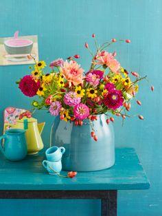 Blumenstrauß aus Dahlie, Mädchenauge und Hagebutten