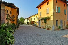 Agriturismo Il Filos - Monzambano ... Garda Lake, Lago di Garda, Gardasee, Lake Garda, Lac de Garde, Gardameer, Gardasøen, Jezioro Garda, Gardské Jezero, אגם גארדה, Озеро Гарда ... Welcome to Farm Holiday Il Filos Monzambano. The Agriturismo Il Filos, Farm Agricultural Tourist Facility, was established in 1996 in a remodelled stable, from which two dining halls on the ground floor and three bedrooms in the hayloft were created. Il Filos is much more than a