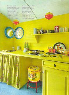 Keltainen talo rannalla: Väriä maanantaille