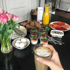 SØNDAG Jeg nyder en kaffe, og er ved at forberede lidt brunch til min famil...