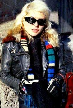 Debbie Harry in Amsterdam 80s Punk Fashion, Angry Girl, Women Of Rock, Blondie Debbie Harry, Estilo Rock, Amy Winehouse, Blondies, Female, Lady