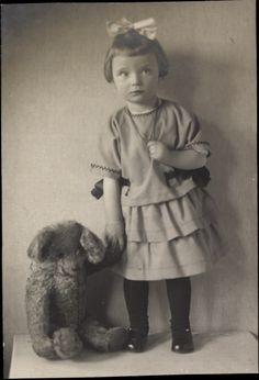 Foto Ak Kleines Mädchen mit ihrem Teddybären, Haarschleife, 1924