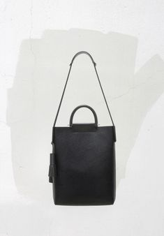 Los Angeles-based Building Block has yet again delivered a collection of bags that redefines functional pieces into an elegant minimalism. Looking back at their previous collections, the style has subtly evolved toward a more mature and luxurious direction. While the proportions and details of the bags reflect the modern day need for effortlessness and convenience, its materials, craft and finishings are classic.