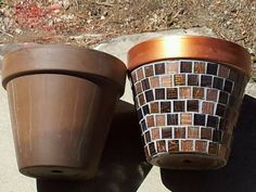 Flowerpot makeover - HOME SWEET HOME - I made these for my houseplants. Regular terra cotta pots, sheets of glass tile, grout, and metallic paint. Mosaic Diy, Mosaic Crafts, Mosaic Projects, Mosaic Glass, Mosaic Tiles, Mosaic Planters, Mosaic Flower Pots, Mosaic Garden, Mosaic Stepping Stones