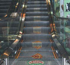 Case: Creative Escalator Advertising 人が建物の各階を移動する目的で設置・利用される階段状の輸送機器、「エスカレーター」。  2015年7月、日本では鉄道事業