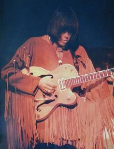 Neil Young in Buffalo Springfield in his iconic fringed suede shirts - he had these on most nights.They played a number of the clubs on Sunset but once they gained notoriety, The Wisky was home for the group when not on the road. 60s Music, Music Pics, Music Stuff, Live Music, Rock Music, Music Videos, Neil Young, Rock N Roll, Hippie Man