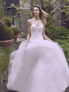 Robe de mariée Adele, créateur Modeca : Robe coupe princesse en tulle avec broderie au niveau du buste et incrustation de petits cristaux.