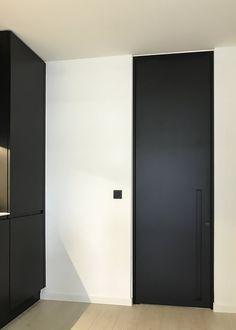 Kamerhoge zwarte deur met ingebouwde handgreep