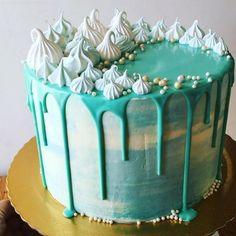 Drip cake com muito suspiro (ai ai...)  - feliz aniversário querida @piaaleo !!! ❤️❤️❤️ #dripcake #meringuekisses #cakedecorating #suspiros #bolododia #yum #cakestagram
