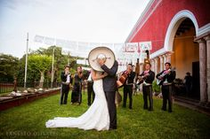 Foto de los novios en boda estilo mexicano con mariachi tapados con el sombrero tradicional de charro / Photo of the groom and bride in Mexican wedding covered by traditional mariachi sombrero #México #Yucatán #Mérida #Hacienda #Wedding #Boda