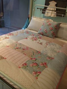 Cama vertical 1 Shabby Chic Quilt Patterns, Shabby Chic Quilts, Patchwork Quilt Patterns, Patchwork Baby, Big Block Quilts, Quilt Blocks, Colchas Country, Shabby Chic Campers, Baby Quilts Easy