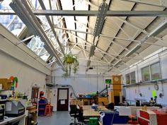 VÄLKOMMEN Stockholm Makerspace är en crowdfundad förening och verkstad med lokaler i centrala Stockholm (Wallingatan 12). Det är en plats som syftar till att främja utforskande i gränslandet mellan teknik, konst och hantverk och uppmuntra lekfullt meckande och driva innovation genom interdisciplinärt samarbete. Du kan själv bli en del av föreningen genom att bli labbmedlem eller årsmedlem. Tveka inte att kontakta oss med dina frågor eller komma förbi lokalen när vi har öppet hus.