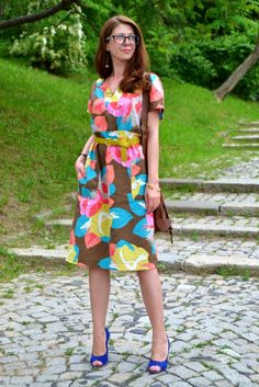 1-colorful-midi-dress-blue-suede-high-heels-mustard-belt-outfit-alinasays-blog