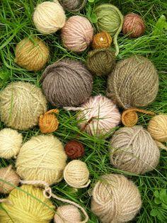 Porisivat dams in addition to birch leaves and comfrey SMEERWORTEL. Yarn Stash, Yarn Needle, Fabric Yarn, How To Dye Fabric, Dyeing Yarn, Dyeing Fabric, Knitting Wool, Crochet Yarn, Textile Art