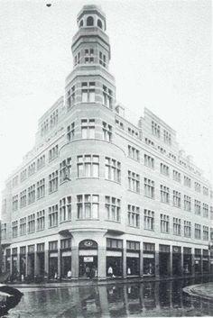 Rotterdam - C & A in 1924 het gebouw werd ontworpen door Sickler, er waren… Rotterdam, Back In Time, Antwerp, Old City, Old Pictures, White Photography, Netherlands, Holland, Dutch