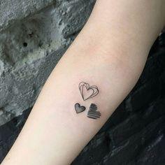 Piccoli e romantici tatuaggi con cuori stilizzati