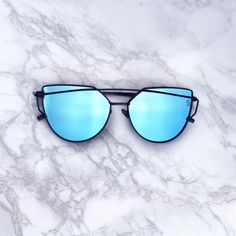 DEETS Our Bermuda shades are the perfect mix of the timeless aviator and a trendy flat lens. They feature pink/ rose gold mirrored lenses and a sturdy gold metal frame. Available in 3 colors Cute Sunglasses, Cat Eye Sunglasses, Sunnies, Mirrored Sunglasses, Sunglasses Women, Vintage Sunglasses, Fake Glasses, Glasses Frames, Cat Eye Colors
