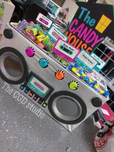 Taking it back to the old school with this boom box display for your or themed party. 6 tins to hold treats and 10 Cassette tapes are included for each tin + 4 extras). Please specify if you want different or specific color combinations. Glow Party, Disco Party, 90s Theme Party Decorations, 90s Party Themes, Themes For Parties, Party Games, 80s Birthday Parties, Themed Parties, 2nd Birthday