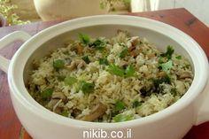 אורז אפוי עם פטריות ועשבי תיבול, הרבה הרבה עשבי תיבול טריים, פטריות שמפיניון חתוכות והכל ביחד בתנור עם אורז לבן, כל הטעמים מתמזגים ביחד טעים