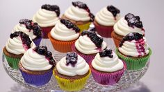 Rood fruit-cupcakes met roomkaas - Rudolph's Bakery | 24Kitchen